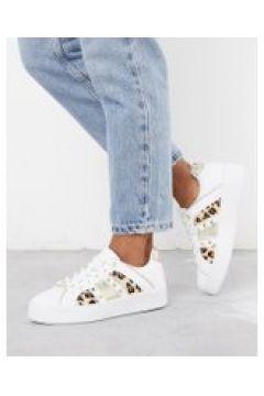 River Island - Sneakers con stampa leopardata e borchie a triangolo bianche-Bianco(112608797)