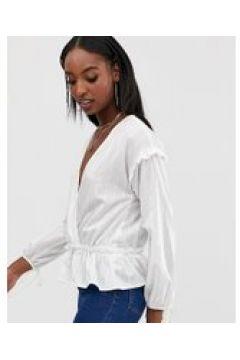 Outrageous Fortune Tall - Geraffte Bluse mit Wickeldesign vorn in Weiß - Weiß(92401091)